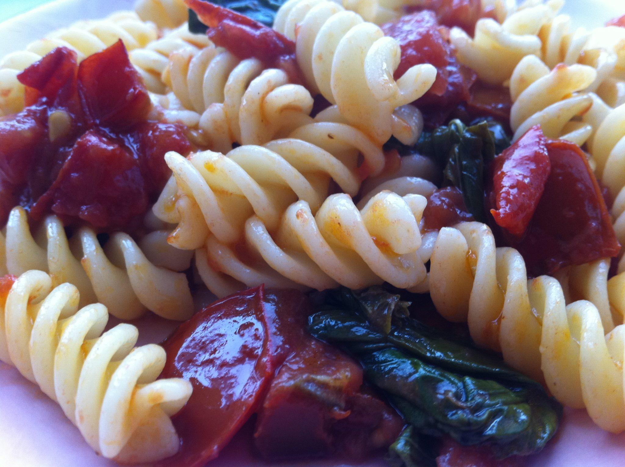 Итальянская паста (макароны фузилли) с томатами и базиликом - простой рецепт
