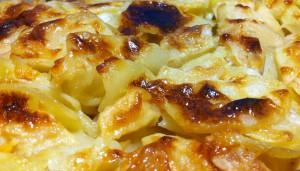 Запеченная картошка с яблоками в сметане - простой вегетарианский рецепт