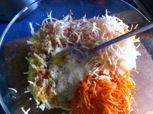 Морковь, сельдерей и яблоко перемешанные с тахиной