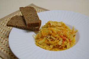 Тушеная капуста с морковью на сковороде