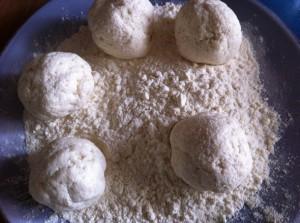 Сформировать шарики для сырников