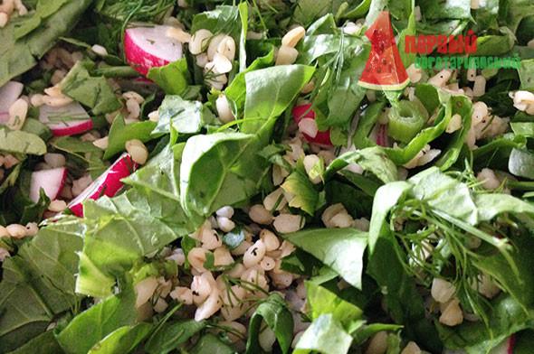 Салат со шпинатом, редисом и булгуром