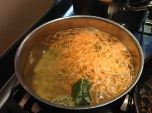 Морковка и картофель в бульоне