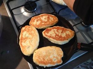 пирожки жарятся в сковороде