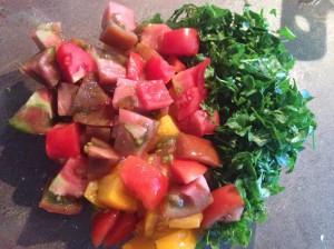 нарезанный помидор, перец и зелень