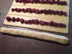 трубочки с вишнями для торта